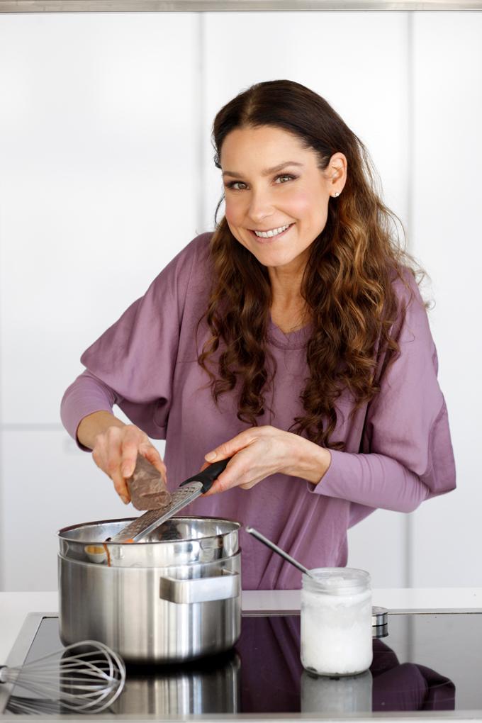 SuperLemon blogissa Karita Tykkä tekee raakasuklaata omassa keittiössä