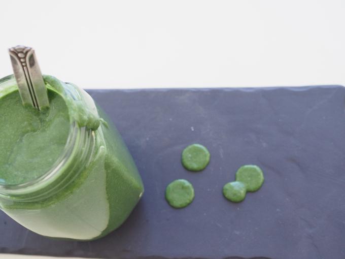 Vihersmoothie terästettynä inkiväärillä, havaijin spirulinalla ja gelatinoidulla maca-jauheella