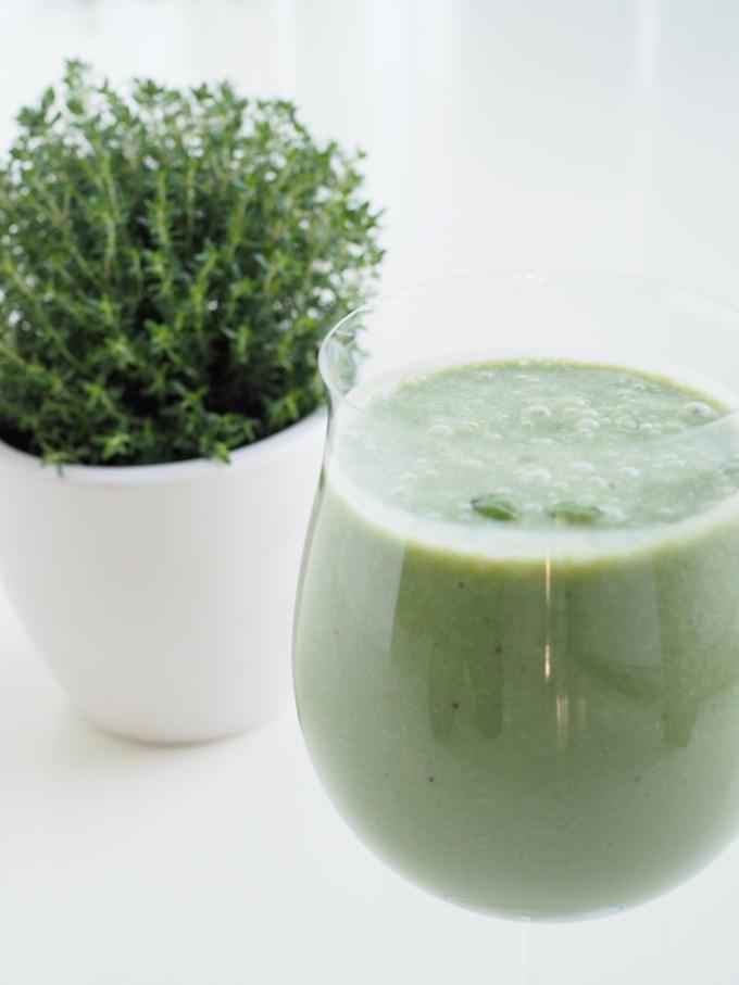 Vihreä ananas-kookos-smoothie, jossa on gelatinoitua maca-jauhetta, luomulaatuista riisiproteiinia ja havaijin spirulina ja yaeyaman klorella -jauhetta