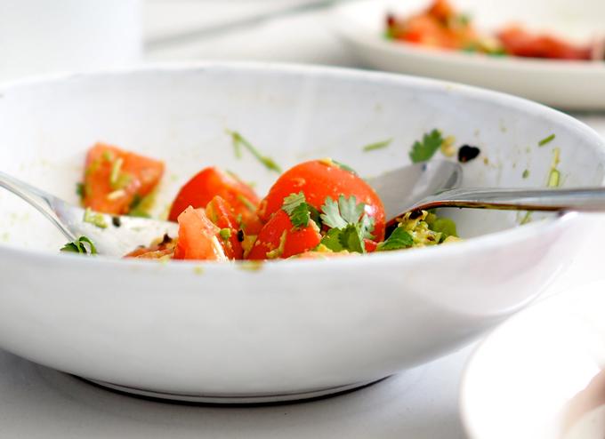Tomaatti-avokadosalaatti valkoisella kulholla