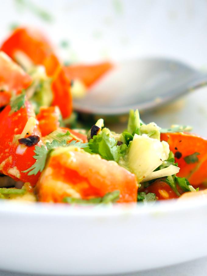 Tomaatti-avokado-korianterisalaatti