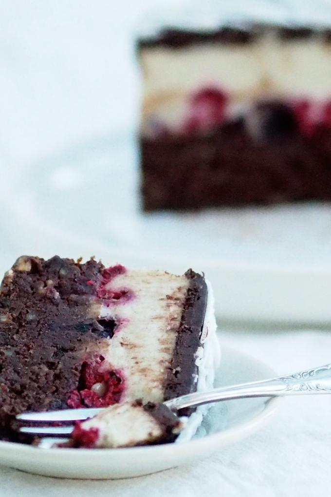 Suklaa-vaniljakerroskakkupala lautasella