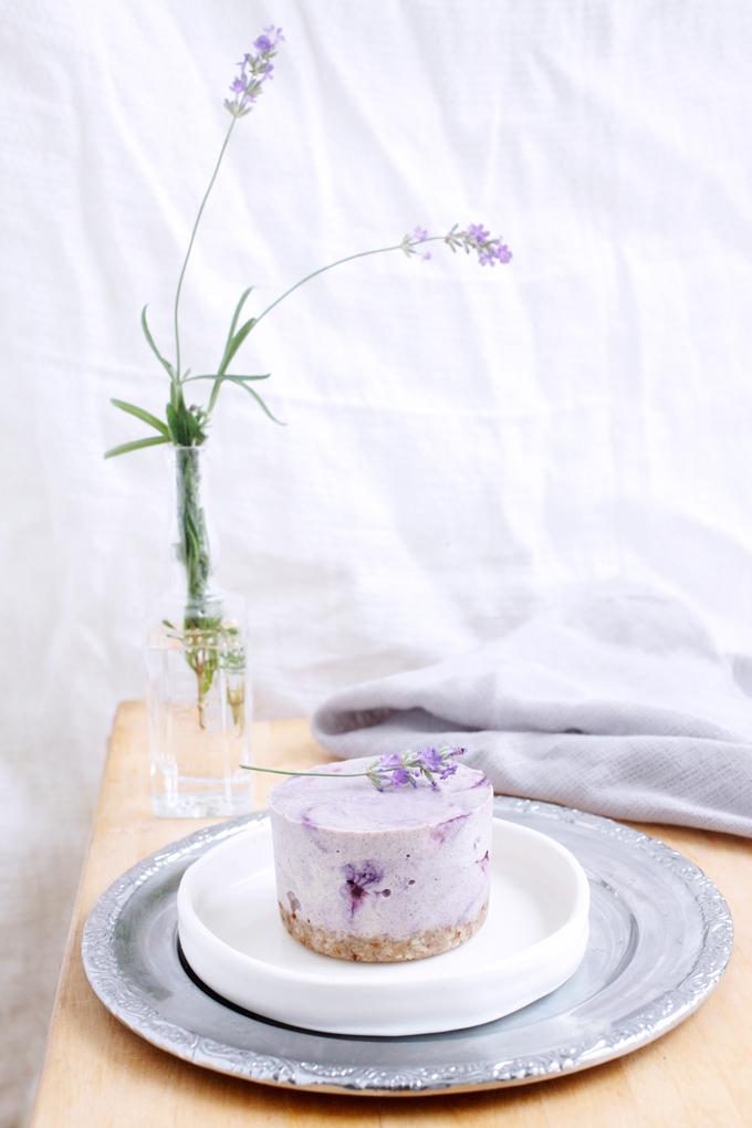 Laventeli-mustikkaraakakakku by Karita Tykkä